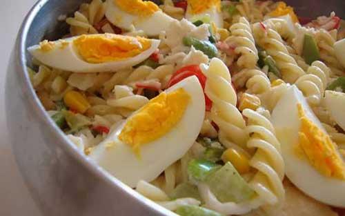 ovo cozido com macarrão